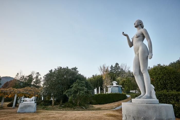 Sculpture Park of Keumkuwon (금구원야외조각미술관)