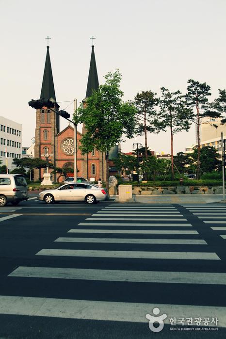도로 건너편에 보이는 계산 성당