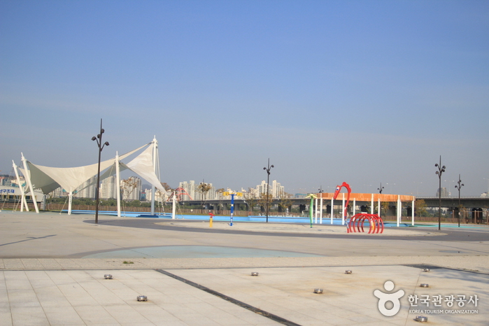 Yeouido Hangang Park Outdoor Swimming Pool (한강시민공원 여의도수영장(실외))