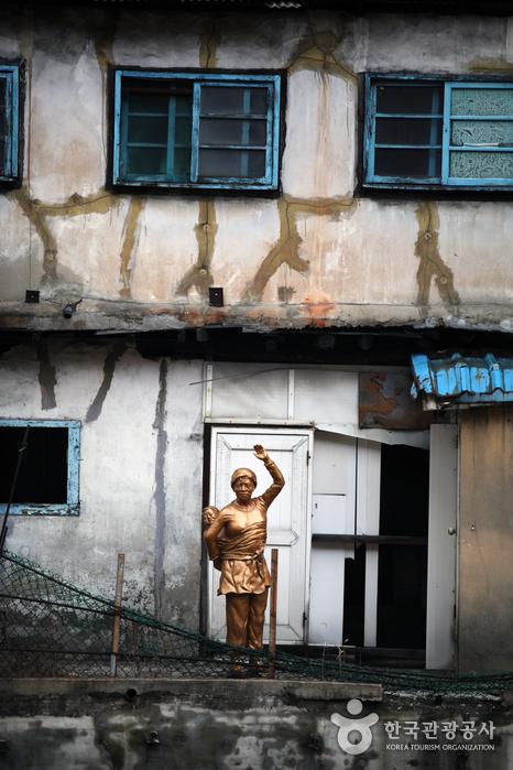 일터로 나가는 남편을 배웅하는 광부의 아내를 형상화 한 동상