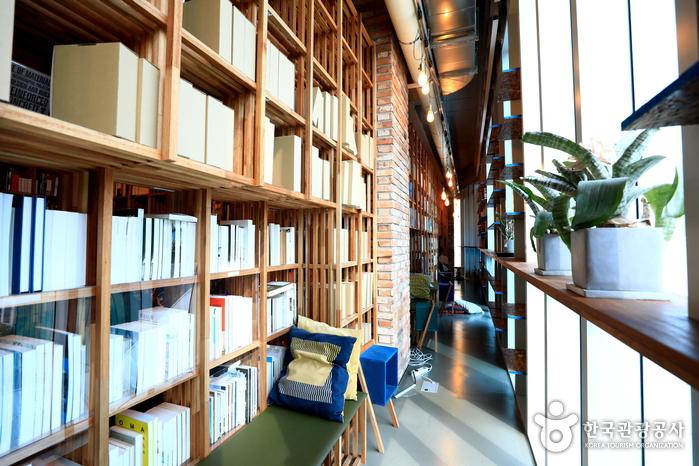 책장과 벽면 사이 틈새공간