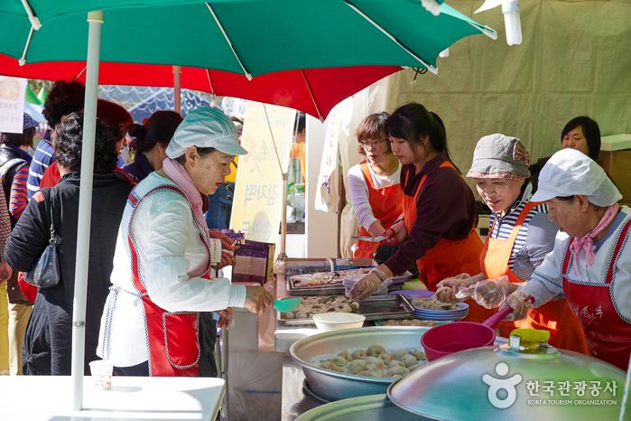 다양한 음식을 파는 먹거리마당