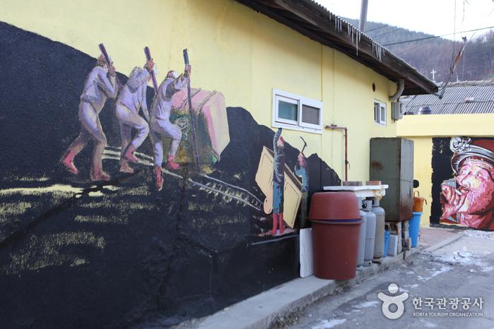 Деревня с настенными рисунками в районе Санчжан-дон города Тхэбек (태백 상장동 벽화마을)5