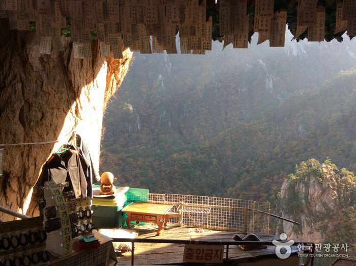 Geumganggul Cave (금강굴)