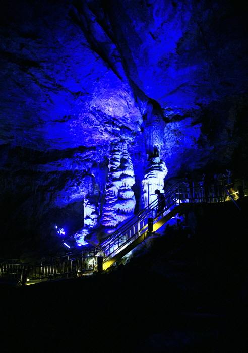 화암동굴의 대형석순과 석주