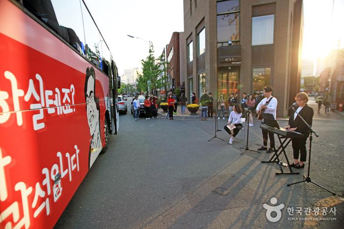더플레이버스 종착지에서 펼쳐지는 거리 공연