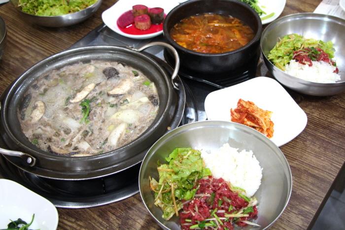 약돌을 갈아 먹인 돼지로 만든 약돌 불고기와 육회 비빔밥