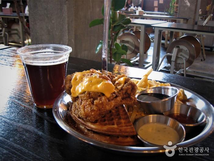 달콤함과 쌉싸래함이 조화를 이루는 수제 맥주, '알트에일'과 젊은 상인들의 야심작, '치킨앤와플'