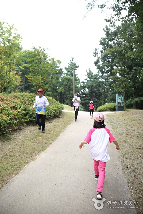 어느 시점부터 아이들은 달려가기 시작한다.