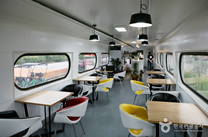열차 카페 실내