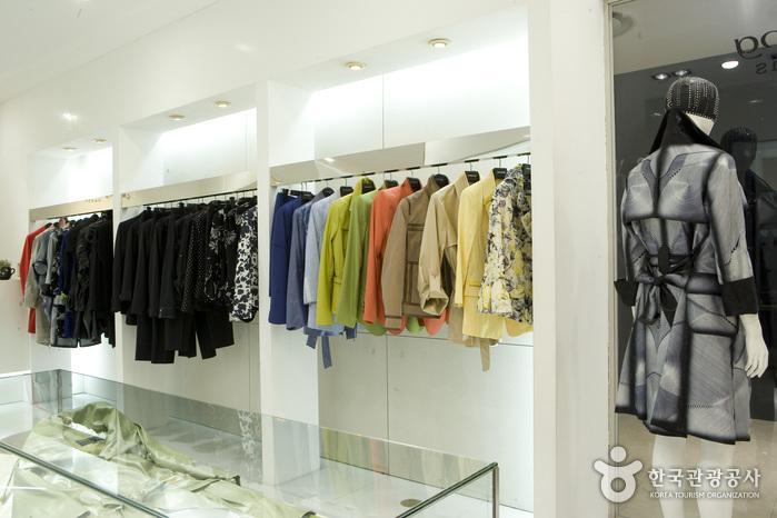 Lie Sang Bong (이상봉-롯데백화점 센텀시티점)