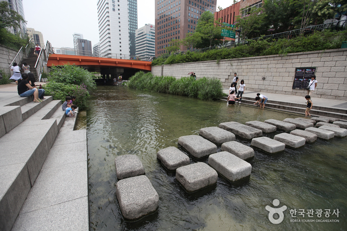 Cheonggyecheon Stream (청계천)