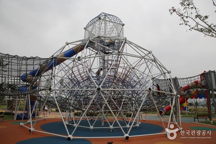 야외 공원은 모험심 자극하는 놀이시설이 가득하다.