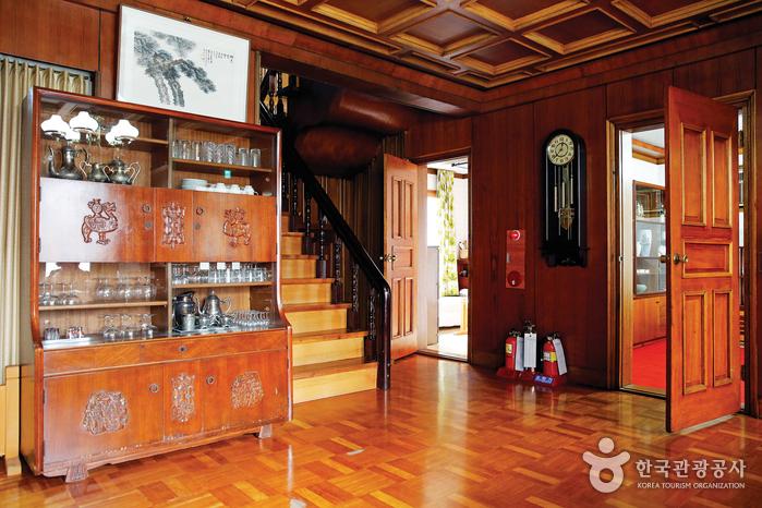 1층 거실 전경. 1970~80년대 서울 중산층의 전형적인 모습을 간직하고 있다