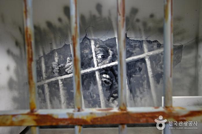 주재소 유치장의 철창 안 벽면 그림