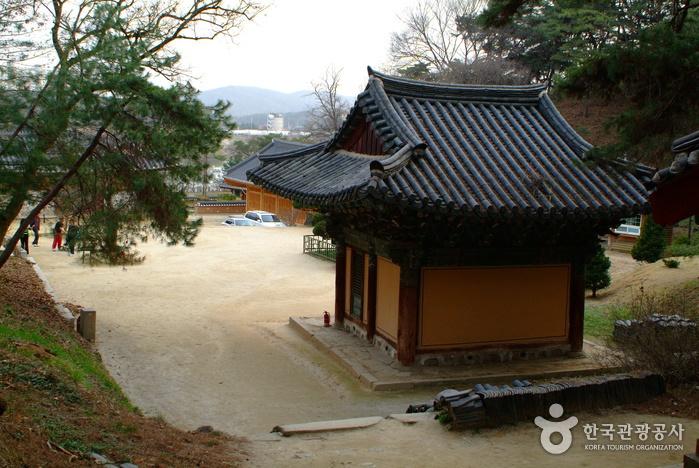 Silleuk Temple Resort (신륵사관광지)