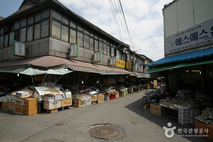 Nampo-dong Dried Seafood Market (남포동 건어물시장)