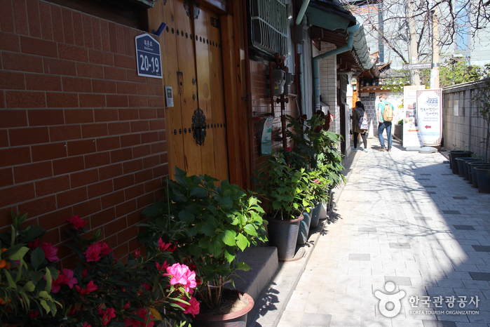 Hanok Homestay Information Center (한옥체험살이 안내센터)