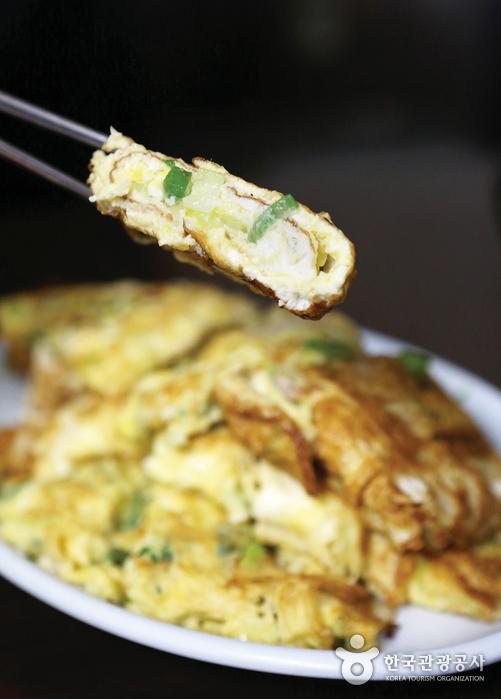 김치찌개와 환상의 짝꿍을 이루는 계란말이