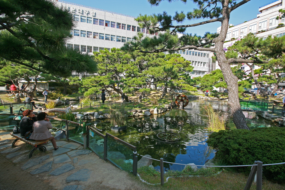 해운대구청 앞 연못에 옛 온천장의 흔적이 있다.