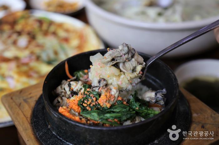 탱탱한 식감의 굴영양밥