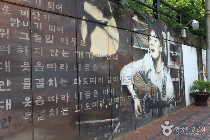 Улица имени музыканта Ким Кван Сока (김광석 길)18