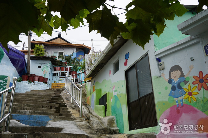 Gagopa Kkoburang-gil Mural Village (가고파 꼬부랑길 벽화마을)