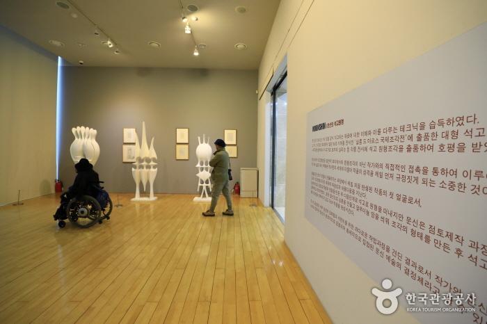 문신 조각의 '설계도'를 간직한 문신원형미술관의 전시실