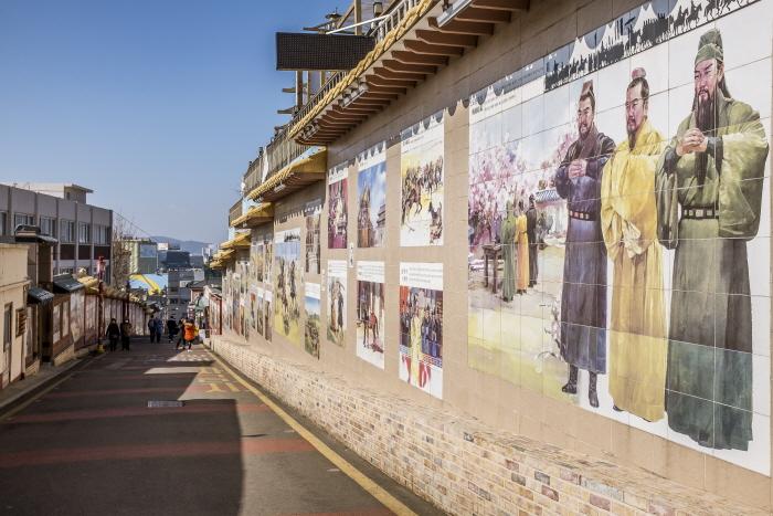 삼국지의 명장면을 볼 수 있는 삼국지벽화거리