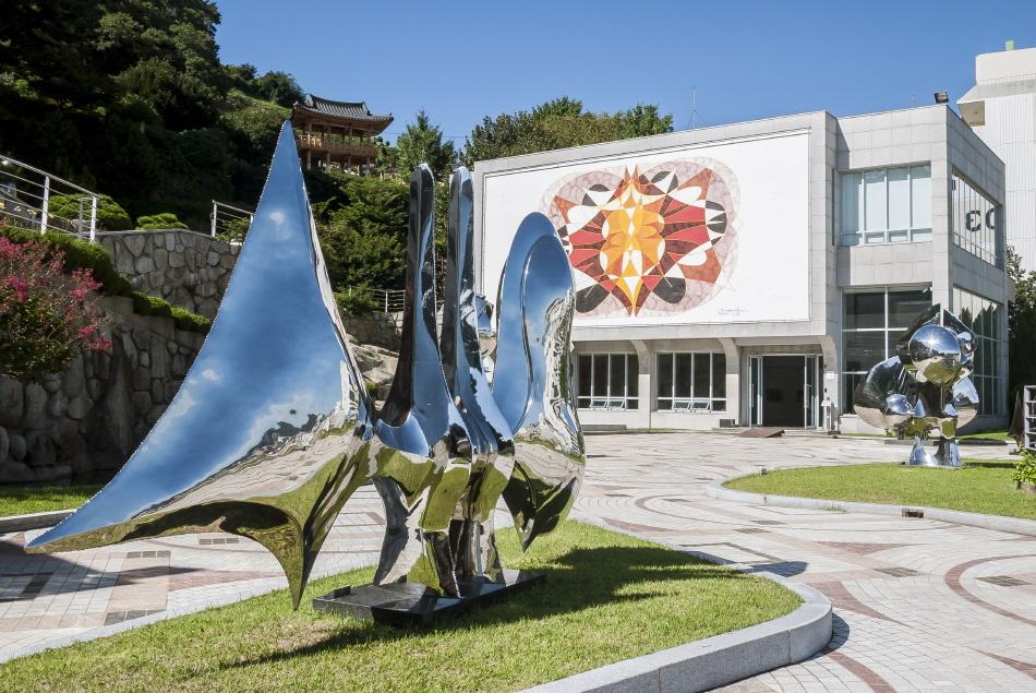 마산합포구 추산동 언덕에 자리한 창원시립마산문신미술관