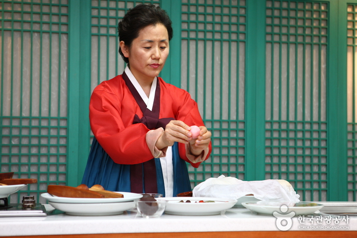 Royal Court Food Cooking Experience at the National Palace Museum of Korea (궁중수라간 최고상궁 과정 체험)