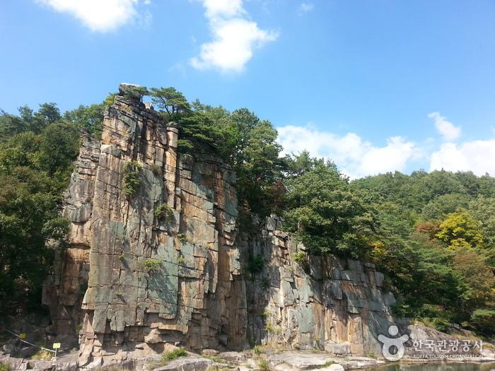 기암과 계곡과의 만남이 장관을 이루는 사인암. 대강면 사인암리에 위치하며 단양군 동남쪽에 있는 단양팔경 중 하나이다.