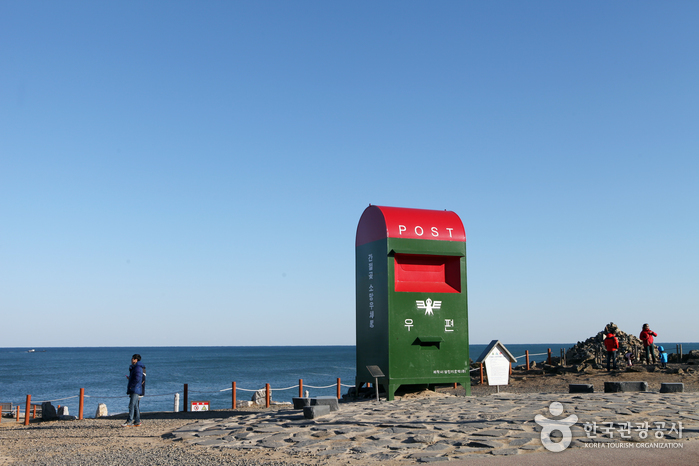 Ganjeolgot Lighthouse (간절곶 등대)