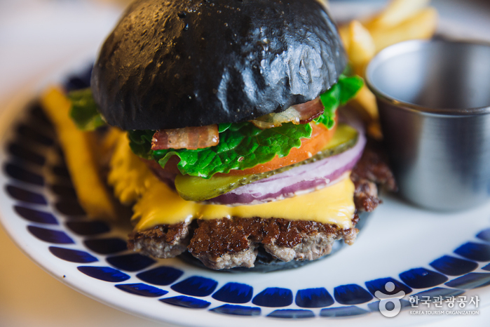 I am A burger (Hongdae Branch) (아이엠어버거 (홍대점))