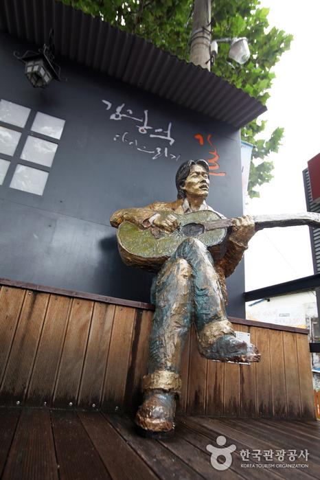 김광석 다시그리기길 입구에 있는 기타 치는 김광석 동상