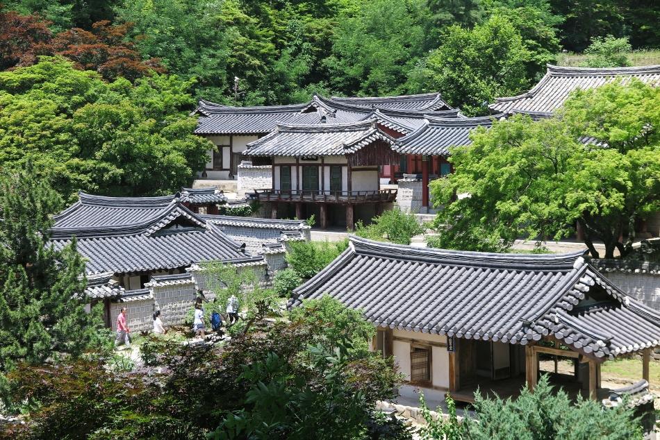 자그마한 건물이 옹기종기 모인 도산서원