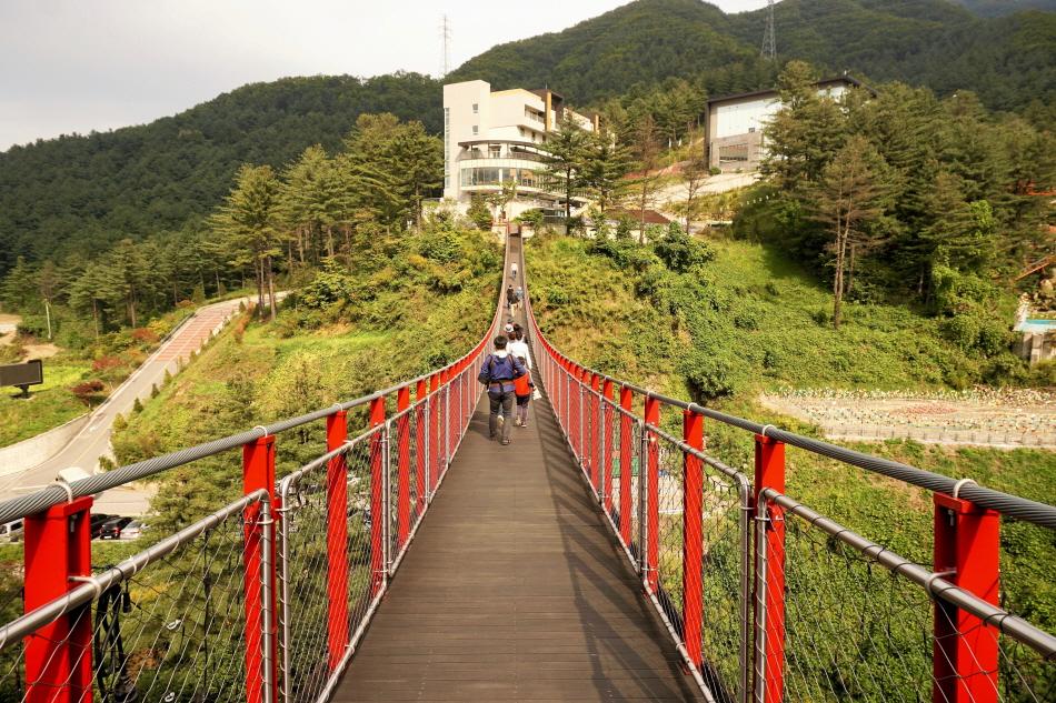 길이 130m에 달하는 서스펜션브릿지는 어메이징파크의 상징이다.
