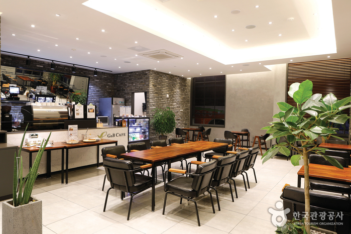 호텔 직영으로 운영하는 카페