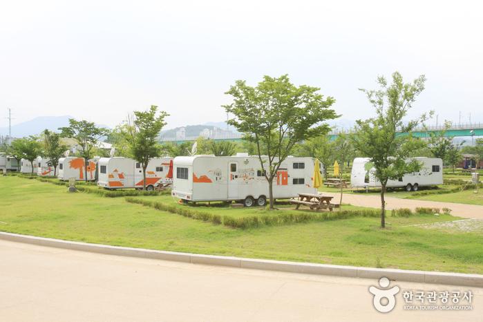 강변 따라 즐기는 오붓한 가족캠핑