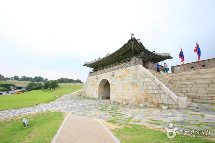 Ворота Чханнёнмун в крепости Хвасон в Сувоне10
