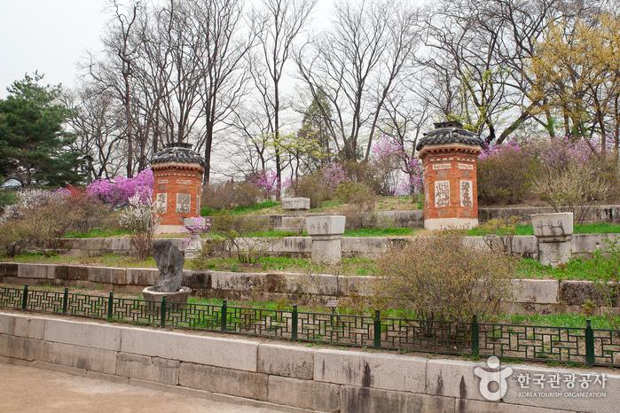 경복궁 교태전은 굴뚝도 한 폭의 꽃처럼 존재한다.