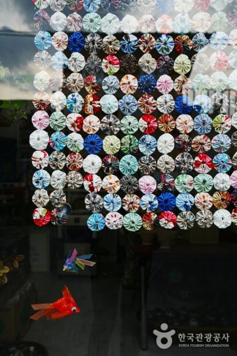 어느 가게 유리창에 전시된 작품
