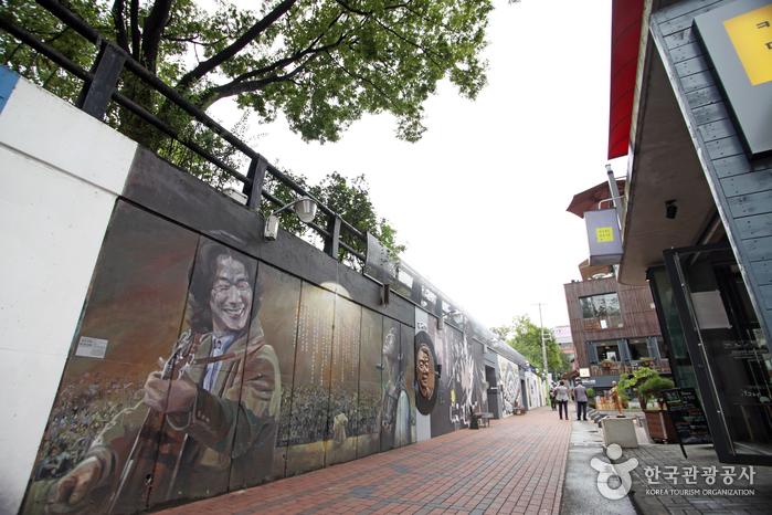 거리 벽면을 가득 메운 김광석 벽화
