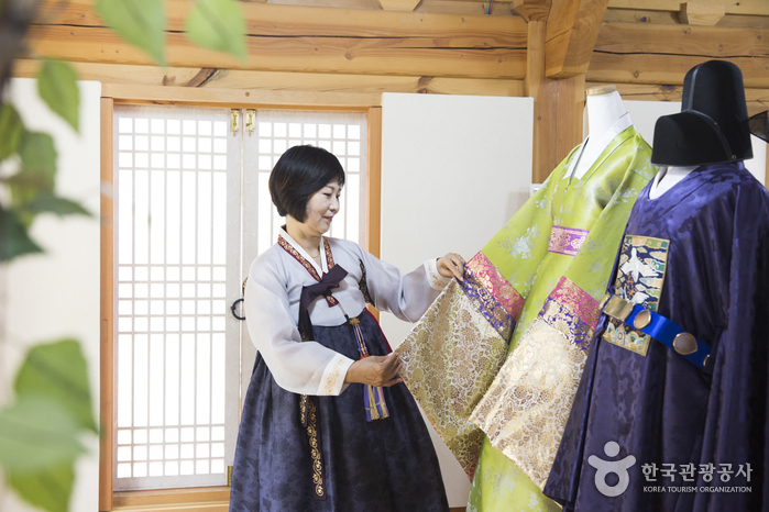 전통 한복부터 디자이너가 새롭게 만든 한복, 턱시도와 드레스까지 준비돼 있다.