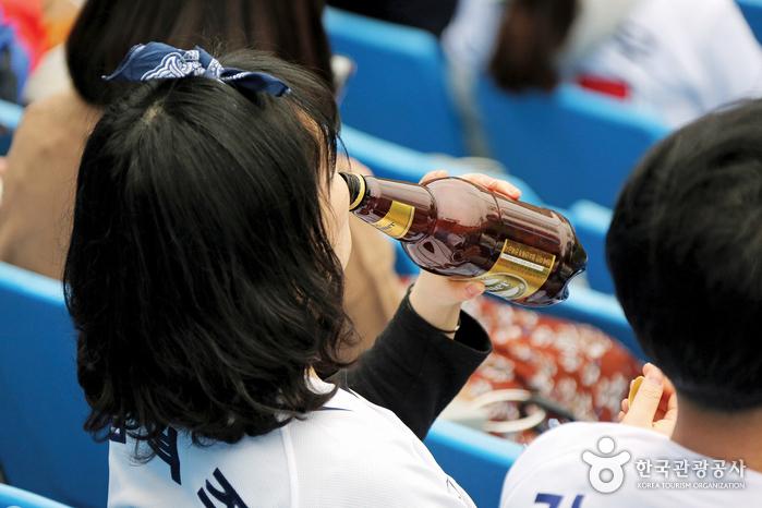 맥주를 마시는 관객