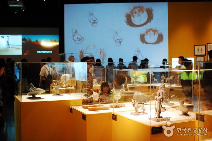 애니메이션 특별전 내부의 모습. 캐릭터들을 스케치, 모형 등으로 만날 수 있다