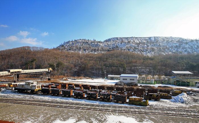 야외전시장과 폐탄이 쌓여 산이 된 폐탄장 전경