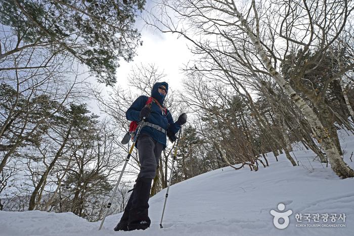 겨울 산행 시에는 아이젠, 스패츠, 등산스틱 외에도 방한에 대한 준비를 철저히 해야 한다.