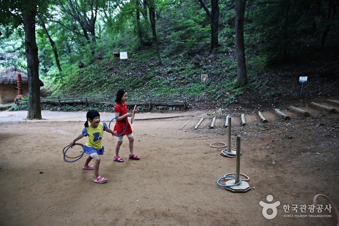 시원한 산속에 마련된 산촌 마을 놀이터