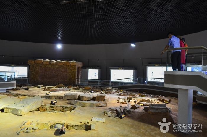 실제 고분과 같은 크기와 형태로 재현된 왕릉전시관 내부 전경